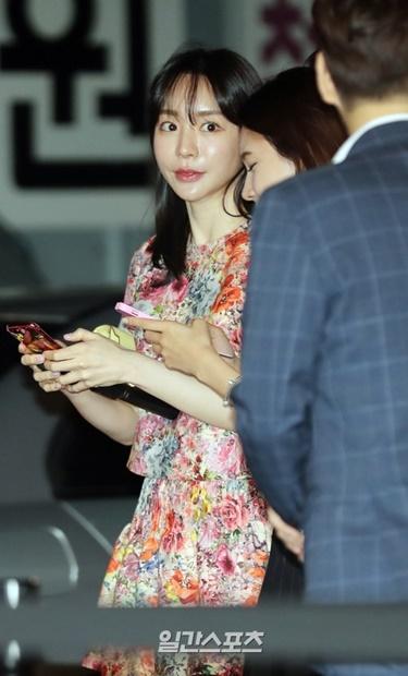 26日午後、ソウル城東区で行われた「A.by BOM」×ハウスオブコレクションズのアート展示会オープン記念フォトウォールイベントに参加したファン・ハナさん。