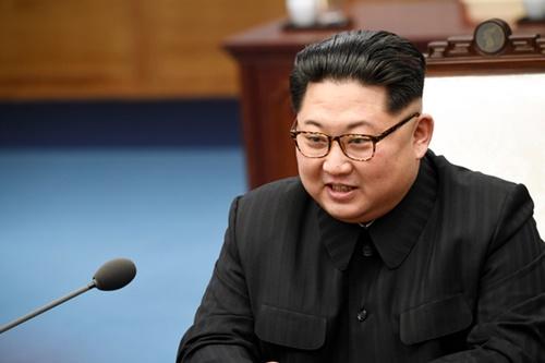 金正恩国務委員長が27日午前、板門店「平和の家」2階の会談場で開かれた南北首脳会談で冒頭発言をしている。