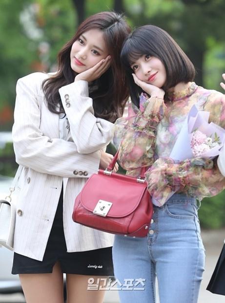 27日午前、ソウル汝矣島KBS新館で行われた音楽番組『ミュージックバンク』事前録画現場でポーズを取っているTWICEのツウィ(左)とモモ。