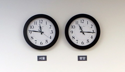 首脳会談の当日、板門店(パンムンジョム)「平和の家」1階にあったソウルと平壌の時間を知らせる時計。(写真=韓国共同写真記者団)