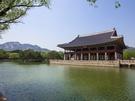 朝鮮時代(1392~1910)の正宮として王が過ごした景福宮(キョンボックン)では、春になると様々なイベントが開催されます。国宝第224号に指定されている美しい楼閣・慶会楼(キョンフェル)は、4月1日から期間限定での公開が始まりました(予約制)。