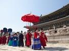 毎年恒例の王と王妃の散歩を再現する「王家の散策」も3月28日から再開。宮中衣装や小物などが時代考証に基づいて製作されていて、朝鮮時代の宮中の生活を垣間見ることができます。