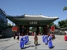 一年を通して行なわれる「王宮守門将交代儀式」は景福宮と徳寿宮(トクスグン)で開催中!徳寿宮からは巡察パレードも行なわれていて、華やかな雰囲気を楽しめます。春の韓国旅行中、古宮で伝統文化を満喫してみてはいかがでしょうか?