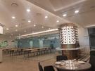 ヴィラ・ド・シャーロット・レストランの場合、ランチタイムにもかかわらず店内の一部がガランとしている。
