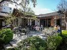 路地の突き当たりにある「耕仁(キョンイン)美術館」の「伝統茶院」では春の庭を眺めながらテラスでお茶も。