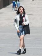 女子学生のファッションでは、ミニスカートや明るいポイントカラーが目立ちます。