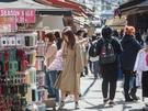 今春の韓国は、トレンチやスタンドカラーといったコートが流行中。中でも明るいベージュは女性に大人気です!