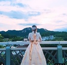 ソウル・仁王山を背景に韓服を着て撮影した写真をインスタグラムに上げた。