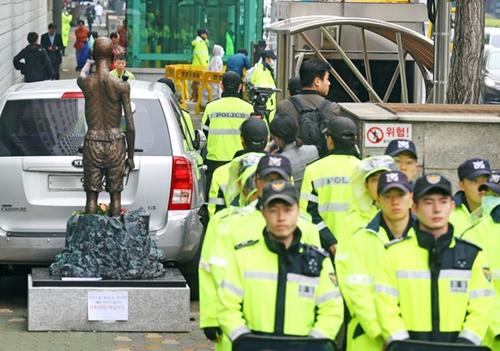警察が2日、釜山の日本領事館付近に市民団体の会員が設置した強制労役労働者像を領事館前の少女像の隣に移せないよう官用車両を配置し、労働者像の移動を阻止している。