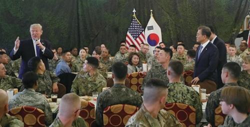ドナルド・トランプ米国大統領が昨年11月、平沢(ピョンテク)米軍基地で韓米将兵に向けて演説している。