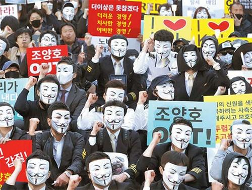 大韓航空の職員が4日、ソウル世宗文化会館前で開かれた「趙亮鎬一家退陣とパワハラ根絶のための第1回光化門ろうそく集会」でスローガンを叫んでいる。彼らは抵抗デモの象徴である「Guy Fawkes」の仮面をかぶって参加し、趙会長一家の経営退陣とパワハラに対する当局の厳重な処罰を促した。