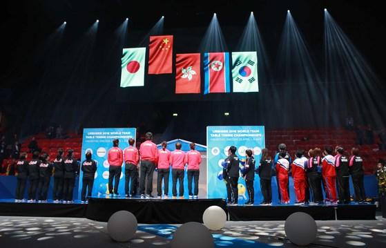 世界卓球選手権女子3位に上がった南北合同チームに韓国と北朝鮮の国旗が並んで掲揚された(写真=大韓卓球協会)