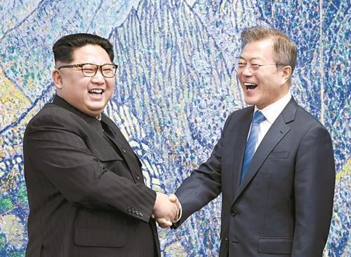 文在寅大統領と金正恩国務委員長が27日午前、板門店「平和の家」2階会談場で開かれた南北首脳会談に先立ち、記念撮影をしながら大きな笑顔を浮かべている。(写真=韓国共同写真記者団)