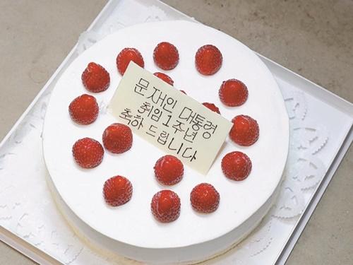 安倍晋三首相が文在寅大統領にプレゼントした就任1周年記念ケーキ。(写真=青瓦台写真記者団)