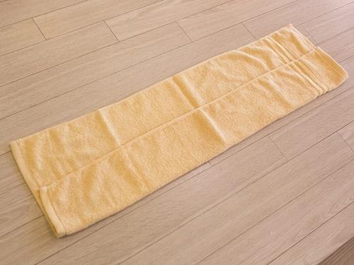今では若い女性や子どもなどのチムジルバンの定番スタイル。ただタオルの両端を丸めるだけ、と思いきや、キレイにつくるにはコツが!まずタオルを横に広げて、片方を内側に折ります。