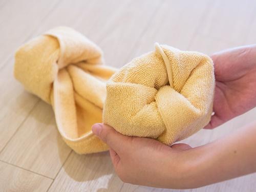 タオルの両端を折って、内側に向かって大きく3回ほどくるくると巻きます。この時かぶる部分を自分の頭の幅より若干小さめになるくらいにするのがベスト。ぶかぶかにならないようにするには、ここが最大のポイントです!
