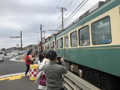 今年2月、中国人観光客が漫画『スラムダンク』に登場する鎌倉市の電車「江ノ電」を撮影している。