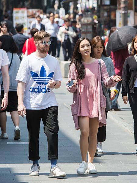 最高気温が25度越えた日中には、半袖など身軽な服装の人も。