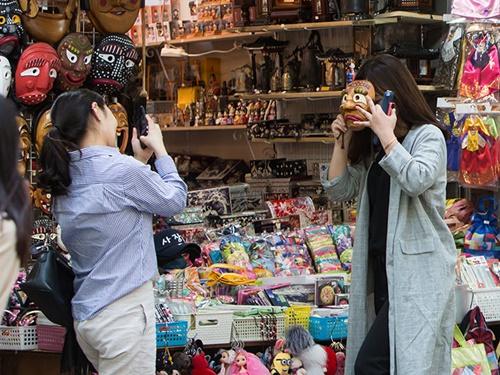 メインストリートはお土産を選び放題。カメラを片手にお店をのぞくのも一興。