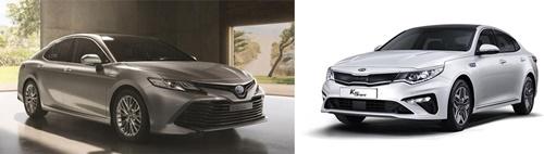 起亜自動車「ザ・ニュー・K5ハイブリッド」(左)、トヨタ「ニュー・カムリ・ハイブリッド」(右)