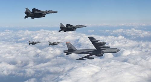 2016年1月10日、米空軍のB-52H戦略爆撃機が韓国空軍のF-15K戦闘機2機(B-52の右)と米空軍のF-16戦闘機2機(B-52の左)の護衛を受けて韓半島上空を飛行している。(写真=空軍)。