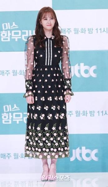 21日午後、ソウル永登浦TIMES SQUAREアモリスホールで開かれたJTBC月火ドラマ『ミス・ハンムラビ』制作発表会のフォトタイムでポーズを取る女優のAra。