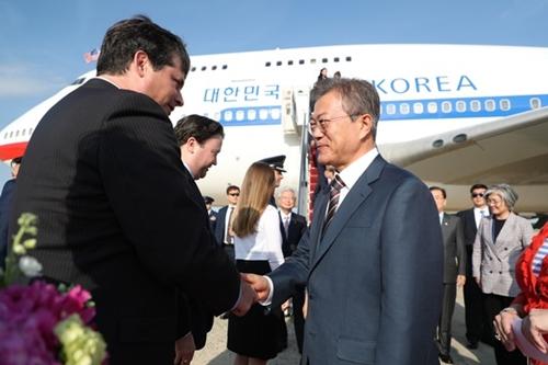 韓米首脳会談のためにワシントンを訪問した文在寅大統領が21日午後(現地時間)、ワシントンのアンドルーズ空軍空港に到着し、米国務省のランバート次官補とあいさつを交わしている。(青瓦台写真記者団)