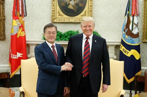 韓国の文在寅大統領が22日午前(現地時間)、ホワイトハウスを訪れて米国のドナルド・トランプ大統領と首脳会談に先立ち握手をしている。(写真=青瓦台写真記者団)