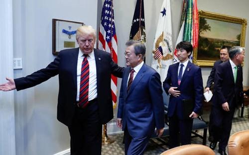 韓米首脳会談のために米国を訪問している文大統領が22日午前(現地時間)、ホワイトハウスに到着し、トランプ大統領の案内で会談場へ向かっている。(写真提供=青瓦台写真記者団)