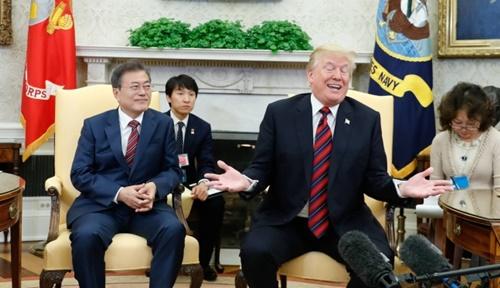 韓米首脳会談のため米国を訪問中の文在寅大統領が22日午前(現地時間)、ホワイトハウスのオーバルオフィスでトランプ米大統領と首脳会談を行い、懸案について議論した。(青瓦台写真記者団)