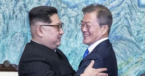 文在寅大統領と金正恩国務委員長が27日午後、京畿道坡州板門店で「板門店宣言文」に署名した後、抱擁している。