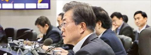 文在寅大統領が24日深夜、外交・安保ラインを緊急招集して米朝首脳会談中止への対応について協議した。写真は昨年11月、北朝鮮の弾道ミサイル発射で開かれた国家安全保障会議全体会議。(写真=韓経DB)