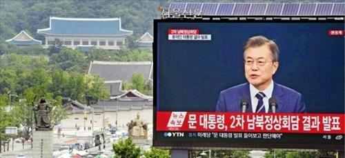文在寅大統領が26日に行われた南北首脳会談結果を発表する姿がソウルのプレスセンター前の大型電光掲示板を通じて放送されている。