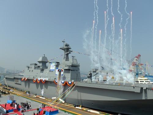5月14日の揚陸艦「馬羅島(マラド)」進水式。宋永武(ソン・ヨンム)国防部長官は「『馬羅島』は北東アジアとグローバル海洋安保に寄与すると確信する」と述べ、大洋海軍論を表した。(写真=防衛事業庁)
