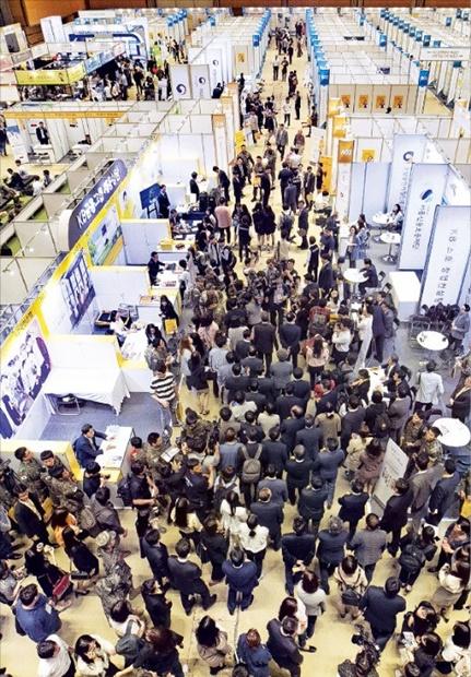 企業が大卒者求人難を体験する日本と違い韓国は青年失業率が3月基準で11.6%と過去最高だ。KB金融が24日にソウルのCOEXで開いた優秀企業就職博覧会には3万3000人を超える就活生が集まった。