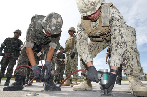 24日午前、慶尚北道浦項の海軍第6航空戦団で2017年乙支フリーダムガーディアン(UFG)演習の一環として韓米海軍連合滑走路被害復旧訓練(FTX)が実施された。敵のミサイル攻撃で滑走路の一部が破損した状況を仮定し、海軍第6戦団施設大隊の将兵と米軍機動建設大隊所属の将兵で構成された韓米連合軍が滑走路を復旧している。