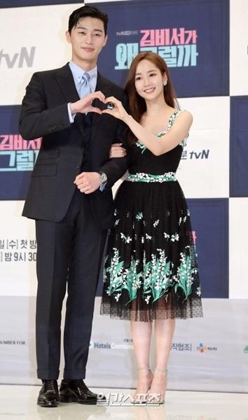 30日午後、ソウル永登浦区TIMES SQUARE(アモリスホールで開かれたtvNの新ドラマ『キム秘書がなぜそうか?』制作発表会のフォトタイムでポーズを取っている俳優パク・ソジュン(左)と女優のパク・ミニョン。