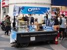 日本で馴染みのある「オレオ」は、韓国でも人気のお菓子。最近になって人気観光地・明洞(ミョンドン)の屋台では「オレオチュロス(1個 3,500ウォン、ソース付き)」をよく見かけます。