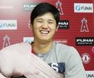 試合後のインタビューで笑顔を見せる大谷。