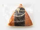 韓国人気ベーカリーチェーン「PARIS BAGUETTE 」にも同じく「サムガッキムパン(1、500ウォン)」が新商品として登場。絵に描いたおにぎりのように海苔が巻かれています。