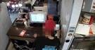 今月13日、カルトゥチキン弘大サラン店の防犯カメラに撮影されたカード決済の様子(映像キャプチャー、映像提供=カルトゥチキン)