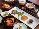 観光地として不動の人気を誇る仁寺洞(インサドン)は、グルメエリアとしても有名で「ミシュランガイド2018」掲載店が軒を連ねます。鉢孟供養(パルコンヤン)は「韓国仏教文化事業団」が運営する精進料理専門店で、一人でも個室で味わえるのがうれしいポイント。
