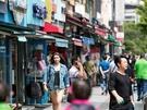 そんな梨泰院のメインストリートには、人気ブランドのショップや外国人ご用達のグルメ店がずらり。軽やかな格好でショッピングを楽しむ人で賑わっています。