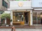 可愛い外観が目印の「ベイカー温度」は、コーヒーが2,000ウォン台から提供されているリーズナブルなパン屋さん。小さな店構えにもかかわらず、パンの種類がとても豊富です。