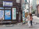 ネットで評判が広がったことで人気を見せている日本料理店「まんぷく」。個性的な外観を目当てに訪れる人も多いようで、 「ロールチーズかつ丼」や「さけ丼」が人気メニューです。