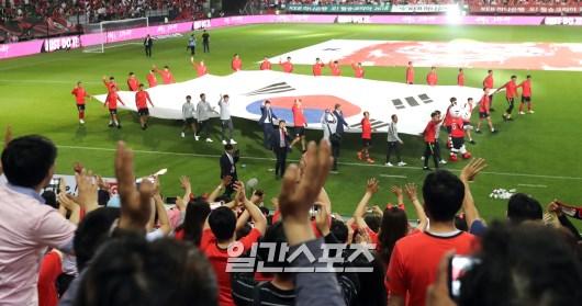 観客にあいさつするサッカー韓国代表