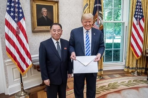 米国のドナルド・トランプ大統領と北朝鮮の金英哲労働党副委員長が1日(現地時刻)、ホワイトハウスで白い封筒に入っている金正恩国務委員長の親書とともに記念撮影を行っている。(写真=ダン・スカビーノ・ホワイトハウスのソーシャルメディア担当責任のツイッターキャプチャー)