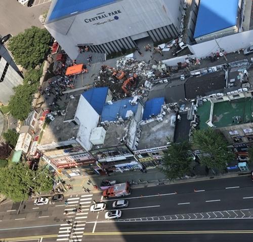 3日午後、ソウル龍山区漢江路2街で4階建て商業施設が崩壊した現場。