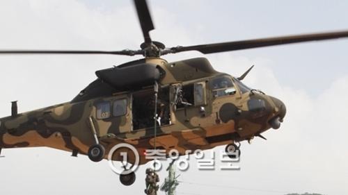「2016大邱・慶北花郎訓練」で敵探索撃滅作戦に投じられた50師団将兵がスリオン(KHU)ヘリコプターからロープ伝いに下降している。