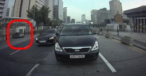 7日午後7時15分ごろ、ソウル世宗路の米国大使館正門にYが乗った車両が突っ込んでいる様子(左の赤丸)。